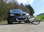 Der Autofahrer kollidierte beim Abbiegen mit dem Fahrradfahrer.