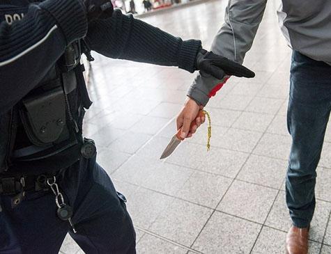 Ein Mann aus Thüringen wurde im Bahnhof Gießen mit einem Messer bedroht - die Bundespolizei nahm den Algerier vorübergehend fest.