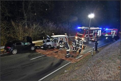 Beim Frontalzusammenstoß wurden beide Fahrer schwer verletzt.