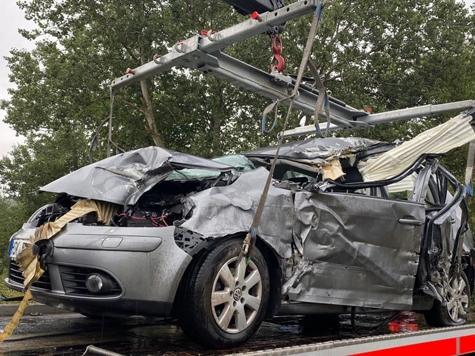 Dieser Volkswagen wurde bei einem Unfall in Höhe der Meiserburg am 3. September 2020 völlig zerstört.