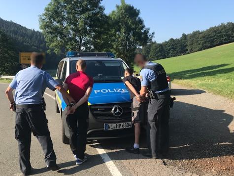 Am 30. Juli klickten die Handschellen bei zwei jungen Rumänen - vorausgegangen war eine Verkehrsunfallflucht auf der Bundesstraße 251.