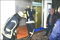 Nach dem Öffnen der Eingangstür führten Feuerwehrleute an der Deutschen Bank Messungen durch, um ein Gasgemisch im Gebäude auszuschließen.