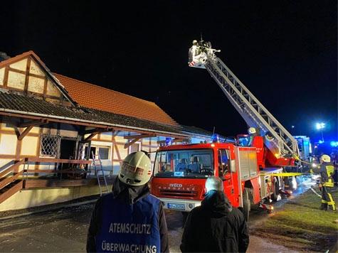 Am 29. Februar wurden etwa 80 Einsatzkräfte der Feuerwehren alarmiert - der Brand in einem  Wohnhaus mit angrenzender Lagerhalle musste gelöscht werden.