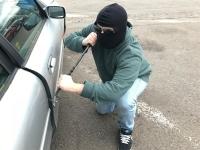 Die Täter schlugen die Scheiben der Fahrzeuge ein, um an die Wertgegenstände zu kommen.