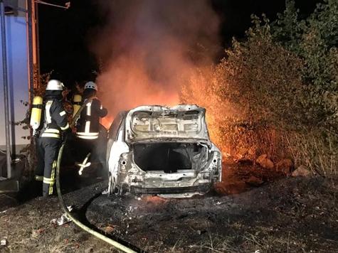 Am 8. Juli brannte ein Pkw vor dem ehemaligen Bordell bei Thalitter - Polizei und Feuerwehren waren vor Ort.