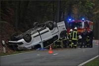 Der Kleinbus landete auf dem Dach, sein Fahrer war an der Einsatzstelle bewusstlos.