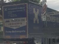Dieser Lkw hat am 2. Juli in der Korbacher Innenstadt Schäden an Begrenzungsgittern verursacht - anschließend entfernte er sich von der Unfallstelle.