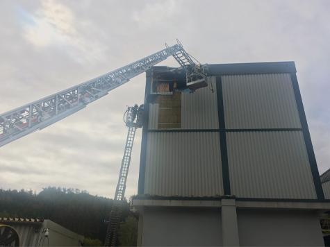 In Hoppecke brannte am Samstag der Lagerbunker eines Industriebetriebs.