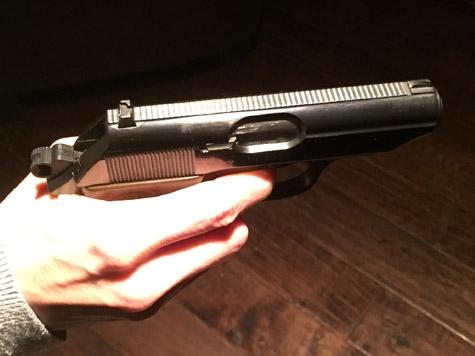 Mit einer Pistole bewaffnet hat am Samstag ein unbekannter Mann einen Raub begangen.